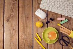 Bürotischhintergrund mit Kaffeetasse, Bleistiften und Computertastatur Geschäftsarbeitsplatz- oder -arbeitsplatzkonzept Stockfotografie