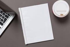 Bürotischplattenansicht mit leerem Notizbuch auf Grau, mit Beschneidungspfad, veränderbarer Hintergrund stockfoto