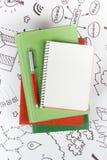 Bürotischschreibtisch mit Versorgungen, leerer Notizblock, Schale, Stift auf weißem Hintergrund der Geschäftsstrategie Draufsicht Stockfotografie