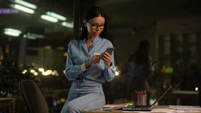 Bürovorsteher, der mit Kunden am Telefon, glücklich über erfolgreiches Abkommen sich verständigt stock footage