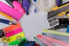 Bürowerkzeuge und -briefpapier stockbild