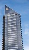 Bürowohnungswolkenkratzer auf blauem Himmel Lizenzfreie Stockfotografie