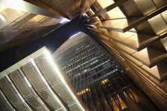 Bürowolkenkratzer, direkt unten, Nachtzeit lizenzfreies stockbild