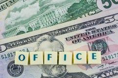 Bürowort auf Dollarhintergrund Ei auf goldenem Hintergrund Stockfotografie
