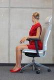 Büroyoga, entspannt sich auf Stuhl - Geschäftsfrautrainieren Lizenzfreies Stockfoto
