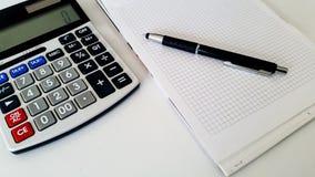 Bürozubehör auf weißem Hintergrund Stockbilder