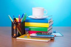 Bürozubehör in der Unterstützung und in den Büchern Stockbild