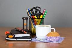 Bürozubehör in der Unterstützung und im Tasse Kaffee Stockfoto