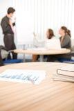 Bürozubehör - Geschäftstreffen im Hintergrund Stockfotografie