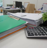 Bürozubehör und Schreibarbeit an Arbeitsplatz stockfoto