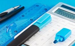 Bürozubehöre auf blauem Hintergrund Stockfotografie