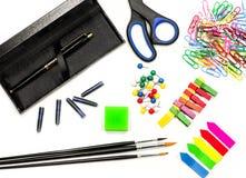 Bürozubehöre auf Weiß schwärzen Sie Stift, Bürsten, Scheren, Bleistifte, Radiergummi, Büroklammern und Bookmarks auf Weiß mit Tin Stockfoto