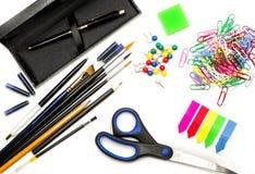 Bürozubehöre auf Weiß schwärzen Sie Stift, Bürsten, Scheren, Bleistifte, Radiergummi, Büroklammern und Bookmarks auf Weiß mit Tin Stockfotos