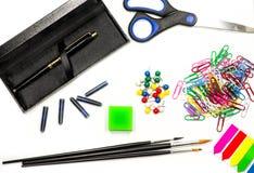 Bürozubehöre auf Weiß schwärzen Sie Stift, Bürsten, Scheren, Bleistifte, Radiergummi, Büroklammern und Bookmarks auf Weiß mit Tin Lizenzfreies Stockbild