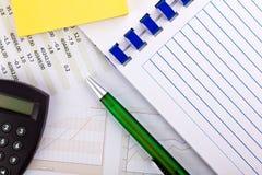 Bürozubehöre und Finanzdokument mit Diagrammen Stockfoto
