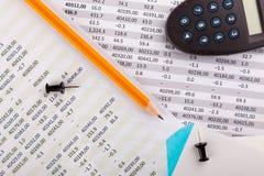 Bürozubehöre und Finanzdokumente lizenzfreies stockbild