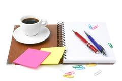 Bürozubehöre und Kaffeetasse Stockfoto