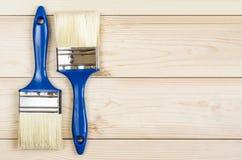 Bürste auf dem Holztisch Lizenzfreie Stockbilder