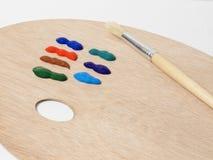 Bürste auf einer Palette mit farbiger Farbe Stockfotografie