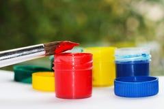 Bürste, Farbe, künstlerisch Werkzeuge für kreative Arbeit lizenzfreie stockfotos