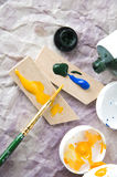 Bürste und Acrylfarbe Stockbilder