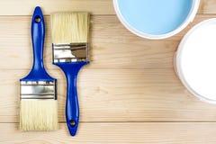 Bürste und Farbe auf hölzernen Brettern Lizenzfreie Stockbilder