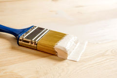 Bürste und Farbe auf hölzernen Brettern Lizenzfreie Stockfotografie