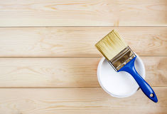 Bürste und Farbe auf hölzernen Brettern Stockfotos