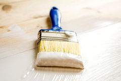 Bürste und Farbe auf hölzernen Brettern Stockbild