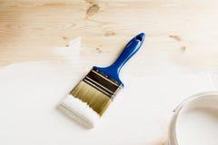 Bürste und Farbe auf hölzernen Brettern Lizenzfreies Stockbild