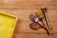 Bürste und Farbwanne Stockfotos
