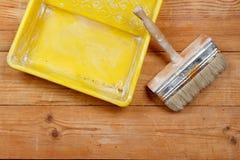 Bürste und Farbwanne Stockfoto