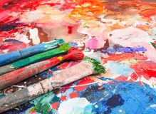 Bürste und helle Ölfarbenpalette für Hintergrund Lizenzfreie Stockbilder
