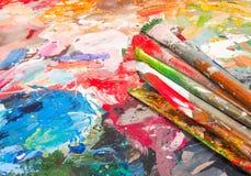 Bürste und helle Ölfarbenpalette für Hintergrund Lizenzfreies Stockfoto