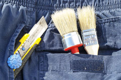 Bürste und Messer in der Tasche Lizenzfreie Stockbilder
