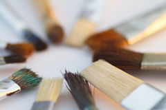 Bürsten des Künstlers Brushes, das in einem Kreis auf einer weißen Tabelle liegt Stockfoto