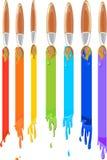 Bürsten, die einen Regenbogen malen Stockfotos