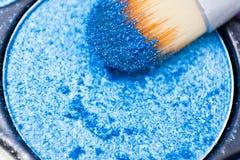 Bürsten für Make-up auf den Lidschattenpaletten stockbild