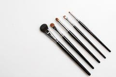 Bürsten für Make-up auf weißem Hintergrund fotografierten von oben stockfotografie