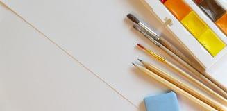 Bürsten, Farben, Aquarelle auf Draufsicht der Weißbuchnahaufnahme lizenzfreies stockbild
