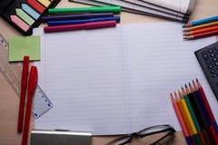 Bürsten, farbige Bleistifte und andere Werkzeuge Lizenzfreie Stockfotos