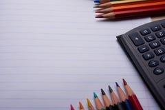 Bürsten, farbige Bleistifte und andere Werkzeuge Stockfotos