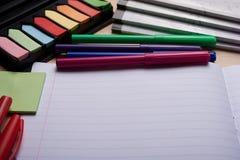 Bürsten, farbige Bleistifte und andere Werkzeuge Lizenzfreies Stockbild