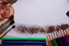 Bürsten, farbige Bleistifte und andere Werkzeuge Stockbild
