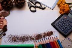 Bürsten, farbige Bleistifte und andere Werkzeuge Lizenzfreie Stockbilder