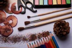 Bürsten, farbige Bleistifte und andere Werkzeuge Lizenzfreie Stockfotografie