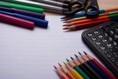 Bürsten, farbige Bleistifte und andere Werkzeuge Stockbilder