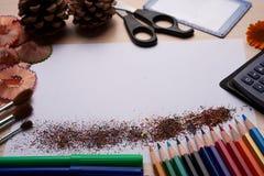Bürsten, farbige Bleistifte und andere Werkzeuge Lizenzfreies Stockfoto