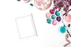 Bürsten, Palette, Blumenstrauß der Flieder, Tablette auf weißem Hintergrund Stockbild