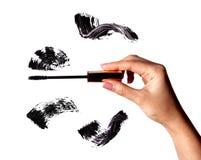Bürsten Sie Anschlag des schwarzen Schattens der Wimperntusche auf Weiß Lizenzfreies Stockfoto